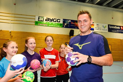STAS: For Martine Ludvigsen, Emma Kjemperud, Maren Stærkebye Båserud og Martine Kvalnes Hansen var det stort å ha Joakim Hykkerud som gjestetrener. Jentene benyttet derfor muligheten til å få signert håndballene sine.