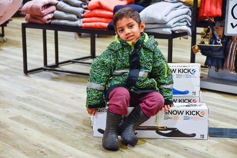 HOLDT AV: Elias Anandan passet på å sette seg på snøsparkesykkel-eskene så han var sikker på at en av pakkene ble med familien hans hjem.