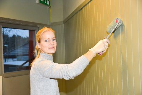 SPENT: Madelene Persson er spent på å åpne kafé på Åmotsenteret, men først og fremst er hun spent på om hun blir ferdig i tide til den planlagte åpningen.