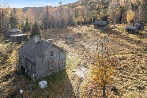 TIL SALGS: Det er ti gamle hus på eiendommen, som har en prisantydning på 4,5 millioner kroner.