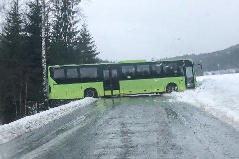 SNURRET: Skolebussen til Bingen er kjørt av veien, og Bingsveien er nå sperret for trafikk.