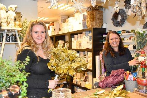 LANGE DAGER: June Gulbrandsen og Mette Fosshaug spøker med at de omtrent har flyttet inn i blomsterbutikken grunnet høysesongen.