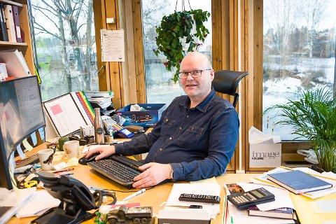 FÆRRE BYGGER: Byggesaksleder Reidar Jakobsen i Modum har registrert et markant fall i antall byggesaker fra 2018 til 2019.