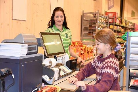 FORNØYD: Butikksjef Lill-Cathrin Karlsen og datteren Marthine Strand Karlsen (9).