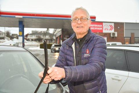 HJELPER GJERNE: Svein Berger tviholder på den «gammeldagse» servicen og hjelper gjerne til med å fylle bensin, skifte lyspære eller vindusviskere.