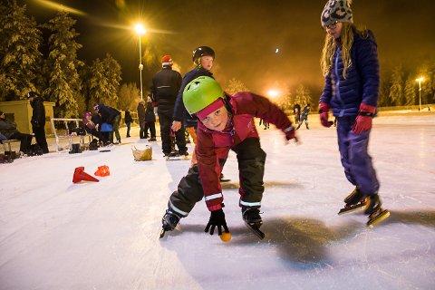 SKØYTESKOLE: Thea Fjellhede begynte på skøyteskolen forrige mandag, men har allerede lært å falle og plukke opp baller fra isen.