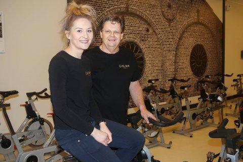 ØKER STADIG: Calma Fitness åpnet i 2017. Nå har Marlene Ranheim Paulsen f.v og pappa Roy Paulsen over 900 medlemmer på Calma Fitness.