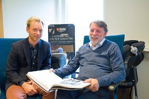 HALVANNET ÅR: Hans Kristian Torgersen (t.h.) har brukt halvannet år på boka. Tirsdag kommer den i handelen. Her er han sammen med sønnen Kristian.