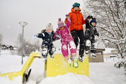 HOPPER I DET: Wilmer, Sara, Merethe Ydse og Julian liker godt å leke i snøen.