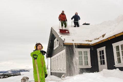 DAGENS SJETTE: Det er ikke uvanlig at trioen måker seks hyttetak i løpet av en dag. (f.v.) Ole Gunnar Skinnes, Knut Skinnes og Eilev Bjerkerud.