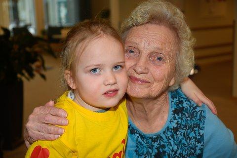 LYSER OPP: Anne Lise Skretteberg lyser opp når Astrid Tandberg og de andre barna kommer på besøk.
