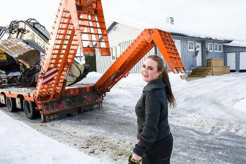 TRIVES: Lill Tove Skar stortrives med å flytte anleggsmaskiner.