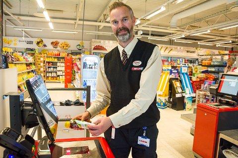FORNØYD: Butikksjef Lars Petter Herseth er fornøyd med investeringen i selvbetjente kasser hos Spar Vikersund.