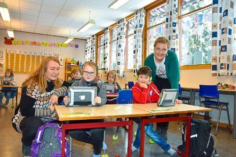 LÆRER Å LESE: Aleksander Halvorsen og Pia Charlotte Haga Belgum viser Mia Finnestrand og Carita Rørtveit hvor gode de er i spillet.