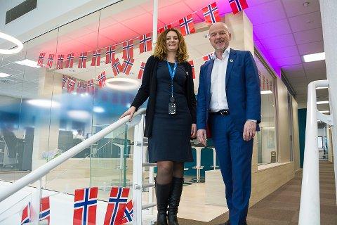 FLAGGET TIL TOPPS: Kristin Myrmel Skinstad og Egil Meland i SpareBank 1 Modum kan glede seg over et godt resultat – noe som igjen gir god uttelling på gavefondet.