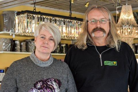 STENGER: Mette Eriksen Horvath og Finn Eriksen legger ned butikken til Mjøndalen installasjon 1. april.