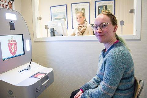 ALLER SIST: Camila Høysæter ble den aller siste som fikk sitt pass fra Modum-kiosken, som blir betjent av Anna Christine Opgård.