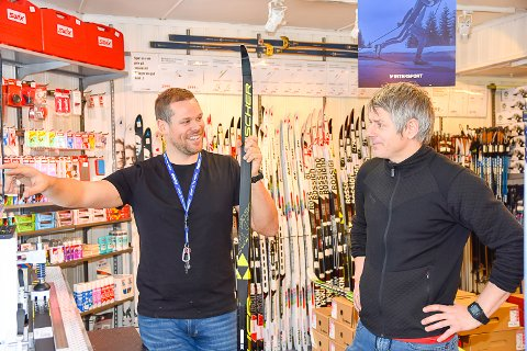 ØKT OMSETNING: Nils Einar Hervig og Tom Bottolfsen har klart å snu driften av Intersport Vikersund. Det viser en solid økning i omsetningen på få måneder. Investering i en maskin som analyserer egenskapene til skiene, er en av grunnene.