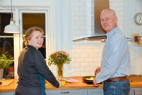 LAGER FROKOST: Gunhild og Ståle Versland lager sin første frokost bestående av matvarer som har gått ut på dato.