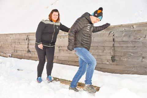 TRÅKKER NED SNØ: Tor Håkon Standnes og Hege Bentsen tråkker snø der tråkkemaskinen ikke kommer til. Dette for at hopperen ikke skal kunne henge fast en ski, arm eller finger i en glippe mellom snø og vant. Dette blir gjort langs hele vantet som er ca 900 meter langt.