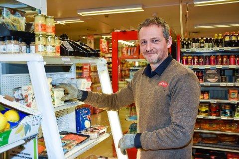 NEDPRISING: Kjell-Ove Klem fyller opp hyllene med flere varer som har kort holdbarhet.