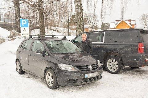 MANGLER PARKERINGSBEVIS: Knut Olav Thorset i Modum kommune kikker etter gyldig parkeringsbevis.