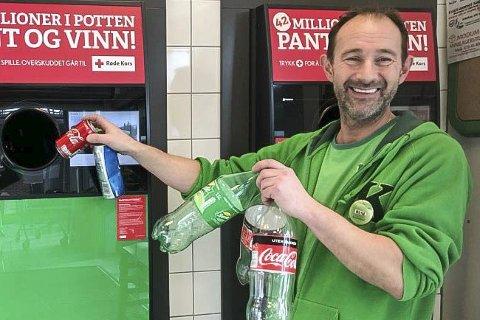 FORNØYD: Rune Grønlund, assisterende butikksjef hos Kiwi Vikersund, er strålende fornøyd med at stadig flere velger hans butikk for å pante.
