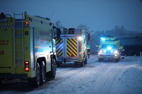 ULYKKE: En lastebil med henger og en personbil har kollidert på riksvei 35. En person i bilen sitter fastklemt.
