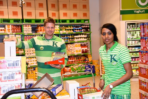 ARBEIDSJERN: Sara Abraha liker godt å jobbe på Kiwi. Her med butikksjef Lennart Lindberg.
