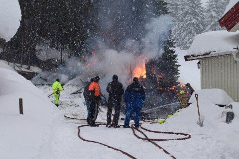 GODE NABOER: Flere i nabolaget til gården kom til for å hjelpe til å slukke brannen med både traktorer og snøfresere og snøskuffer.