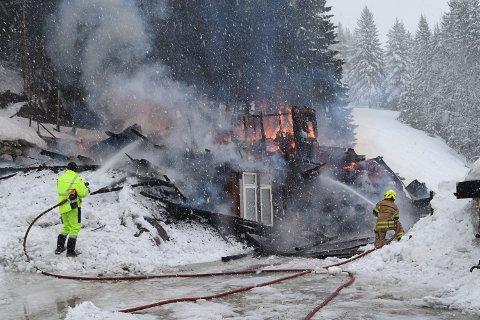 NEDBRENT: Låven i Bøleshagan i Vestbygda i Eggedal lot seg ikke redd.