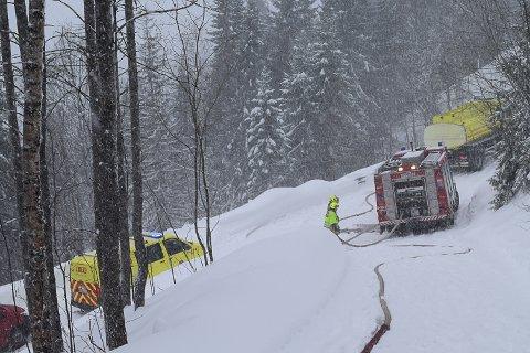 VANSKELIG Å KOMME TIL: Brannvesenet måtte legge ut mange meter med vannslanger for å komme fram til låvebrannen.
