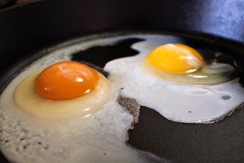 IKKE SPIS FOR MYE: Et stort egg inneholder 186 milligram. Dermed kan to egg per dag bli i meste laget med tanke på et høyt inntak av kolesterol.