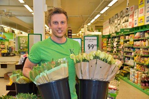 GIR BORT: Ruben Elkjær ved Kiwi Noresund gir blomster til Kryllingheimen hver mandag.