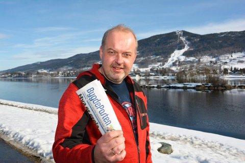 FORNØYD: Redaktør Knut Bråthen smiler over fortsatt opplagsvekst.