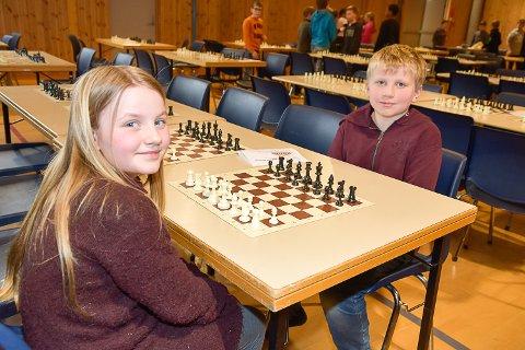 KLARE TIL KAMP: Ella Tellefsen Paulsen og Sindre Olafsen syns det var gøy å dra til Enger skole for å spille sjakk.