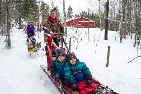 PÅ POLFERD: Med flagget på sleden bærer det nordover fra Snarum barnehage. Sara Hansson har blant annet med seg tvillingbrødrene Daniel og Joakim De La Torre Kongslien i sleden.