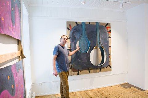 HJEMMEBANE: Sten Are Sandbeck bor bare 500 meter unna utstillingslokalene på det gamle rådhuset i Vikersund. Utstillingen åpner lørdag 9. mars.