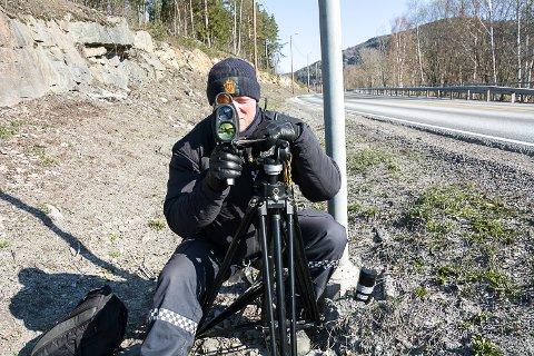 MÅLTE: Politibetjent Nils Jørgen Jahr målte høyeste hastighet til 79 kilometer i timen i 50-sona i Knivedalen onsdag.