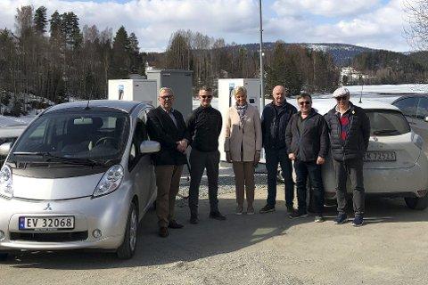 FERDIG TIL PÅSKE: Den nye ladestasjonen for elbiler ble akkurat klar til påsketrafikken. På bildet: Bård Sverre Fossen (f.v.), Jostein Harm, Tine Norman, John Arne-Haugerud, Trond Lindseth og Finn Nordtvedt.