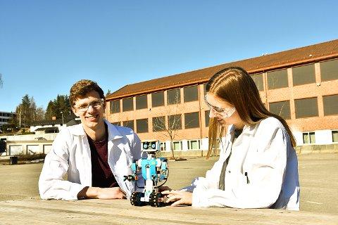 GØY Å LÆRE BORT: Martin Falang og Hanna Sofie Kjemperud gleder seg til å lære bort hvordan man programmerer Lego-roboten.