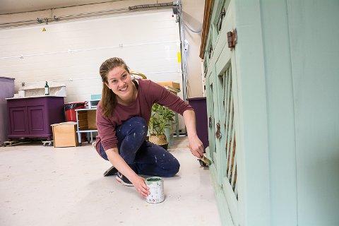 SLITTE MØBLER: Elin Bråthen pusser opp slitte møbler og selger videre, i tillegg til at hun forhandler kalkmaling.