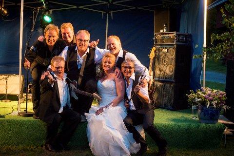 FIKK JA: Lise Merethe Jokerud fikk tvert ja da hun spurte om Ingemars kunne spille til dans i hoppsenteret. Bandet spilte også i bryllupet hennes for fem år siden, da dette bildet ble tatt.