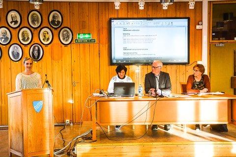 FAU: Leder av kommunalt FAU og FAU-leder ved Vikersund skole, Lisabeth Viuljugrein etterlyste i kommunestyret i april mer ressurser til skolen i Modum. Til høyre ordfører Ståle Versland og rådmann Aud Norunn Strand.