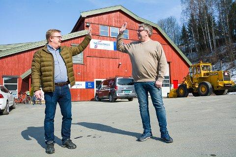 HIGH FIVE: – Fra første mai er det full fres, sier Ola Rolfstad (t.v.) og Jan Petter Hansen og gir hverandre en high five for en god start. Sammen har de startet opp Midtfylket Entreprenør, og jobber nå med å ansette folk.