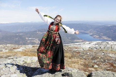 «NOREFJELLVARDEN»: Karen Kristine Skogstad i sin flotte kryllingbunad fotografert på Ravnås i mai 2017. Det er den felles folkedrakttradisjonen i Sigdal og Krødsherad som har gitt inspirasjon til «Norefjellvarden» som nå skal vise folk vei på Norefjell.