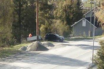 Søppel: Så seint som i går, ble det tømt søppel mot Simoa i Prestfoss sentrum. Foto: Privat
