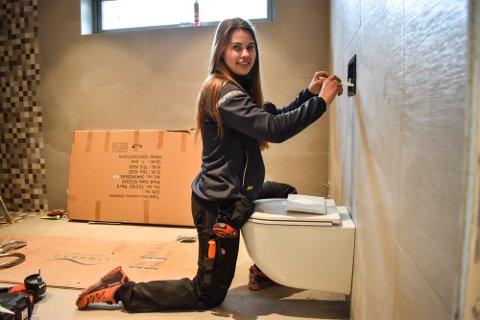 GLEDER SEG: Martine Haugen (17) begynner som rørleggerlærling hos Strand & Co i juni.