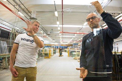 UTVIKLET SELV: Daglig leder Henning Austad og fabrikksjef Cato Ludvigsen er stolt av at Modum Glassindustri har så flinke folk at bedriften har greid å utvikle et glass som har passert det trange nåløyet i Regjeringskvartalet.