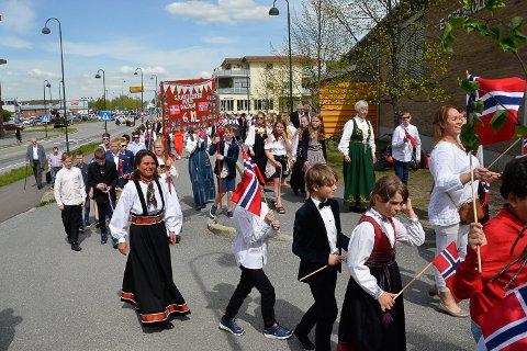 17. MAI:  Det var folksomt på Enger skole Åmot i 2019, men slik blir det ikke i år.